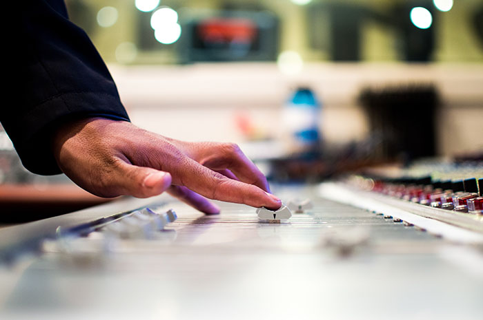 6 SIGNS YOU WERE BORN TO BE A MUSIC PRODUCER-3